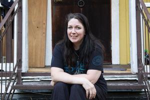 Kicki Nyberg Roos sitter hemma på trappan utanför huset i Harmånger, nyss hemkommen från en två dygn lång resa.