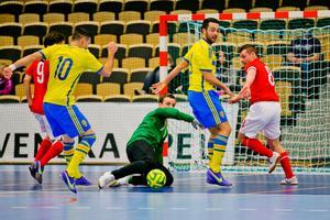 Admir Catovic och Kristian Legiec oroade det engelska försvaret.