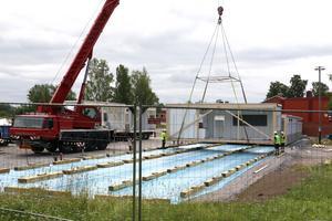 Modulerna lyfts på plats med hjälp av kranbil. Det mesta är förberett invändigt med vatten, avlopp. värme och ventilation.