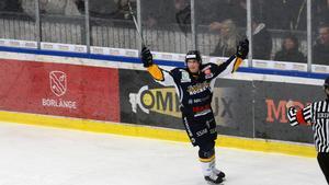 Joel Källström Englund jublar efter sitt eleganta solonummer som gav Borlänge en 2–0-ledning mot Huddinge.