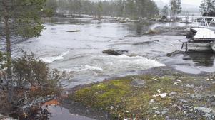 En naturlig bubbelpool bjöd på porlande och forsande vatten. Något dopp blev det dock inte den vintriga dagen. Foto: Börje Hall