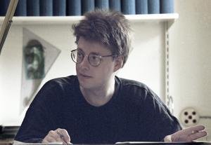 Stieg Larsson vid sitt skrivbord på dåvarande arbetsplatsen TT i Stockholm i mitten av 1980-talet. Arkivbild: Leif Blom/TT