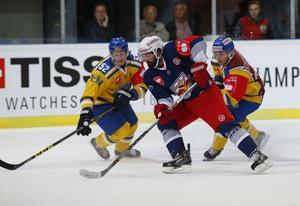 Erik de la Rose (till vänster) under en match med Storhamar 2015. Totalt blev det tre säsonger i Norge innan backen flyttade till Tjeckien. FOTO: Bildbyrån