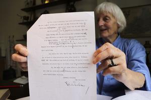 Sabine Engström upptäckte att den tyska översättningen av Rid i natt! var manipulerad. Hon brevväxlade med Vilhelm Moberg som uppmanade henne att gå vidare med.