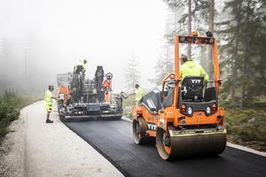 Björn Kempe, Tobias Sjödin, Per Kollberg och Nicklas Winlöf på Yit Sverige lägger asfalt på rullskidbanan.