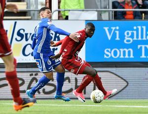 Ken Sema jagas av Romain Gall under fjolårets derby i Sundsvall. Bild: Therése Ny/TT.