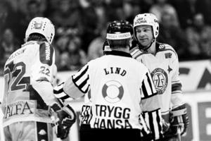 Ivan Hansen har en diskussion med domare Lind. Leksand vann mot HV71 med 7–0. Foto: Bildbyrån.