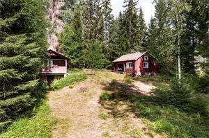 Byggt 1952, fritidshus med gäststuga, bastu, snickarbod/vedbod och dass samt egen brygga vid Källarbosjön. Foto: Kristofer Skog