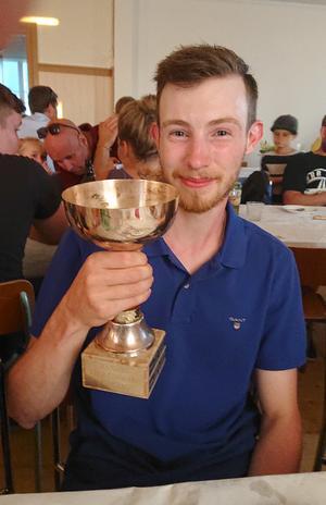 Paul Jonsson vann femkampen och fick en fin trofé i pris. Foto: Sture Persson