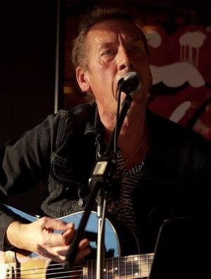 Micke Lorentzon spelar akustiskt på fredag 10 maj. Foto: Privat