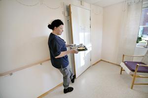 En dag i undersköterskan Caroline Åsbergs vardag består av många olika sysslor. Frukosten kan intas i matsalen eller så äter omsorgstagarna i sina lägenheter.