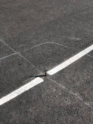 Kroken sticker upp farligt mitt på tennisplanen. Bild: Jennie Soläng