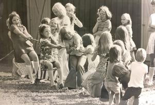 Flickor med drag. Dragkamp i Lillhärad 1974. Detta år tävlade flickorna mot pojkarna och flickorna drog överlägset hem segern. På bilden verkar det dock som om några flickor drog på pojksidan. Foto: Lennart Hyse/VLT:s arkiv