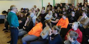 Ett stort gäng elever hade samlats i Nordvikskolans aula.
