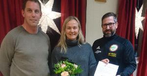 Jonas Hansson och Jonas Myhr delade ut stipendiet till Lisa Brandén. Foto: Jörgen Tjärnås.