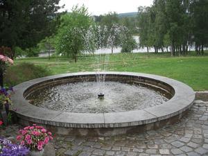Stilla stund vid fontänen minneslunden i Själevad. Foto Nils-Åke Eklund.