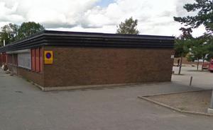 Här vid kortsidan parkerades crossmotorcykeln och skytten sprang till höger runt hörnet och vidare in i Hovsjö krog som vetter ut mot det lilla torget. Foto: Google maps.