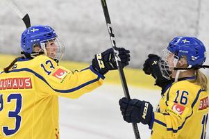 Elin Lundberg, till vänster, fanns med i det svenska damlaget i ishockey i OS.