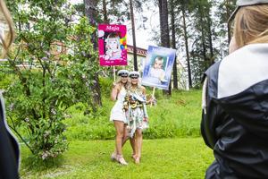 Maja Jonsson och Michelle Björklin blev fotograferade av släkt och vänner.