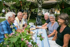 I residensets trädgård åt de surdegspizza med svensk mozzarellaost och drack lokalt bryggd öl. Parvis bakifrån Sonja och Bengt Nilsson från Frösön, Tommy och Birgitta Samuelsson från Östersund, och Ruben och Björg Björkebaum från Östersund.
