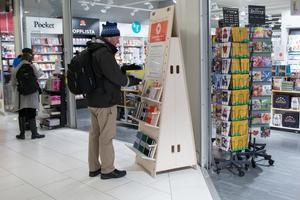 Bokhandlarna säljer inte bara böcker, utan även kort, pysselböcker och leksaker. Pussel och sällskapsspel har tydligt ökat i popularitet de senaste åren.
