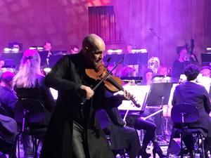 Görgen Antonsson trollband publiken med sin fiol och starka scenpersonlighet.