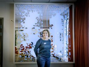Digitalt konstverk. Lise Frederiksen-Bach, enhetschef, ser fram mot att leda Karlslundsgården där modern välfärdsteknik ska underlätta vardagen. På väggen bakom syns ett digitalt konstverk som i olika färger visar vad det är för grad av aktivitet i boendet.