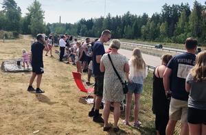 Publik i väntan på brandbilarna vid Gävlebro utanför Gävle.