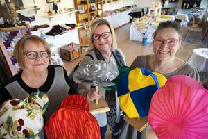 Åsa Hådén-Nilsson, Katarina Hellberg och Kerstin Eskel med de Stödekepsar som hittills sytts hos Stöde form.