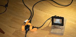 Via kopplingsdosor kan de bygga på med elsnåla men ändå väldigt ljuskraftiga bygglampor.