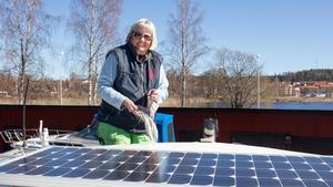Anna Nyves båt har solpaneler på taket. De är bra att ha för att till exempel driva kylskåpet.