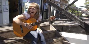 Mathilda Kurtsson leder allsången på Stadshusplatsen. Foto: Filippa Rosenberg