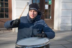 Benjamin Zairi, en av grundarna av Kolsvaupproret, testar trumman som bland annat hjälpte demonstranterna att hålla takten när det blev dags för Isländsk