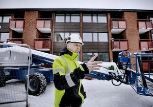 Jan Sjödin vid trappuppgångarna där man inledde den omfattande renoveringen i slutet av april förra året. De är snart klara för återinflyttning. Utvändigt har husets gamla träpaneler ersatts med modernare material som ger både bättre isolering och minskat underhållsbehov.