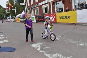 Barnens CykelVasan Fabian Söderlund, 2 år får stöd av storasyster Ebba som just fullföljt sitt lopp.