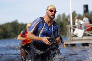 Kristofer Bergek, IFK Sala, börjar förbereda sig för cyklingen redan när han håller på att avsluta simmomentet.