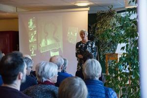 Ett 30-tal besökare hade tagit sig till Söderhamns stadsbibliotek för månadens författarbesök – som Anna Laestadius Larsson stod för.