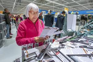 Karin Lindberg fyndade med glatta hjärtat och  fyllde sin korg med allehanda ting. Något som hon längtat efter! Foto: Berit Djuse