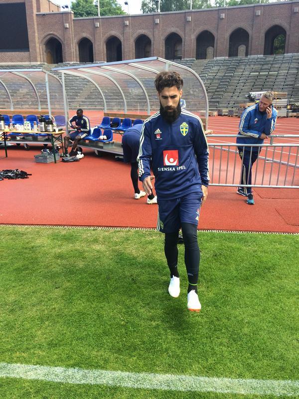 Jimmy Durmaz på väg ut på träningsplanen.