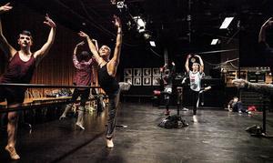 Under sina föreställningar dansar gruppen balett i smink och ballerinakläder, och bjuder på ordlös humor. – Vi försöker att se ut som lastbilschaufförer i tyllkjol, förklarar Raffaele Morra.