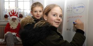 Elsa Mortensen och Alicia Tegnér Runeheim, båda åtta år gamla, önskade sig julklappar hos tomten på Örebro slott.