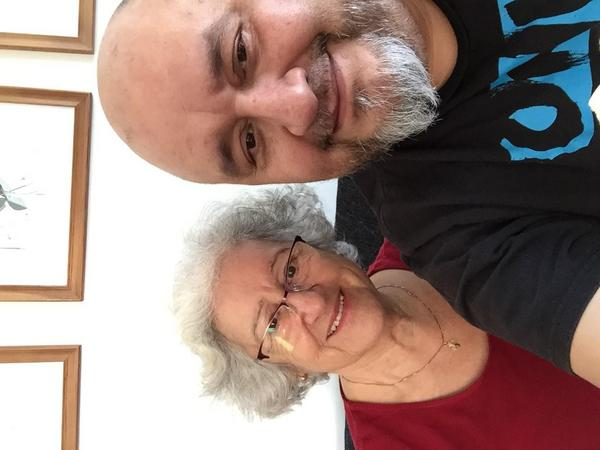 Carmen och sonen Mario Felipe berättar att de har många fina minnen från Skinnskatteberg. Bland annat var familjen tillbaka till byn en gång i tiden och hälsade på Mario Felipes dagmamma. Foto: Privat
