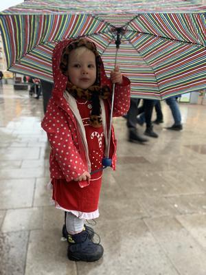 Regnet öste ner på kärlekens torg under Musikhjälpen. Tvååriga Viola var så otroligt stolt när hon fick hålla I paraplyet helt själv berättar mamma Sofia Fors.