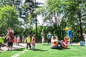 Lek och skoj när lekplatserna Guldkullen (på bilden) och Pingstliljan invigdes under torsdagen.