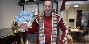 Göthe Hammarström visar upp lotter som Svegs IK säljer.