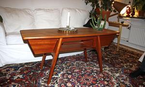 Ett gammalt båtbyggeri som lagt ner hade en del teak i lager. Petter gjorde det här soffbordet efter att ha fått tillstånd att använda träet.