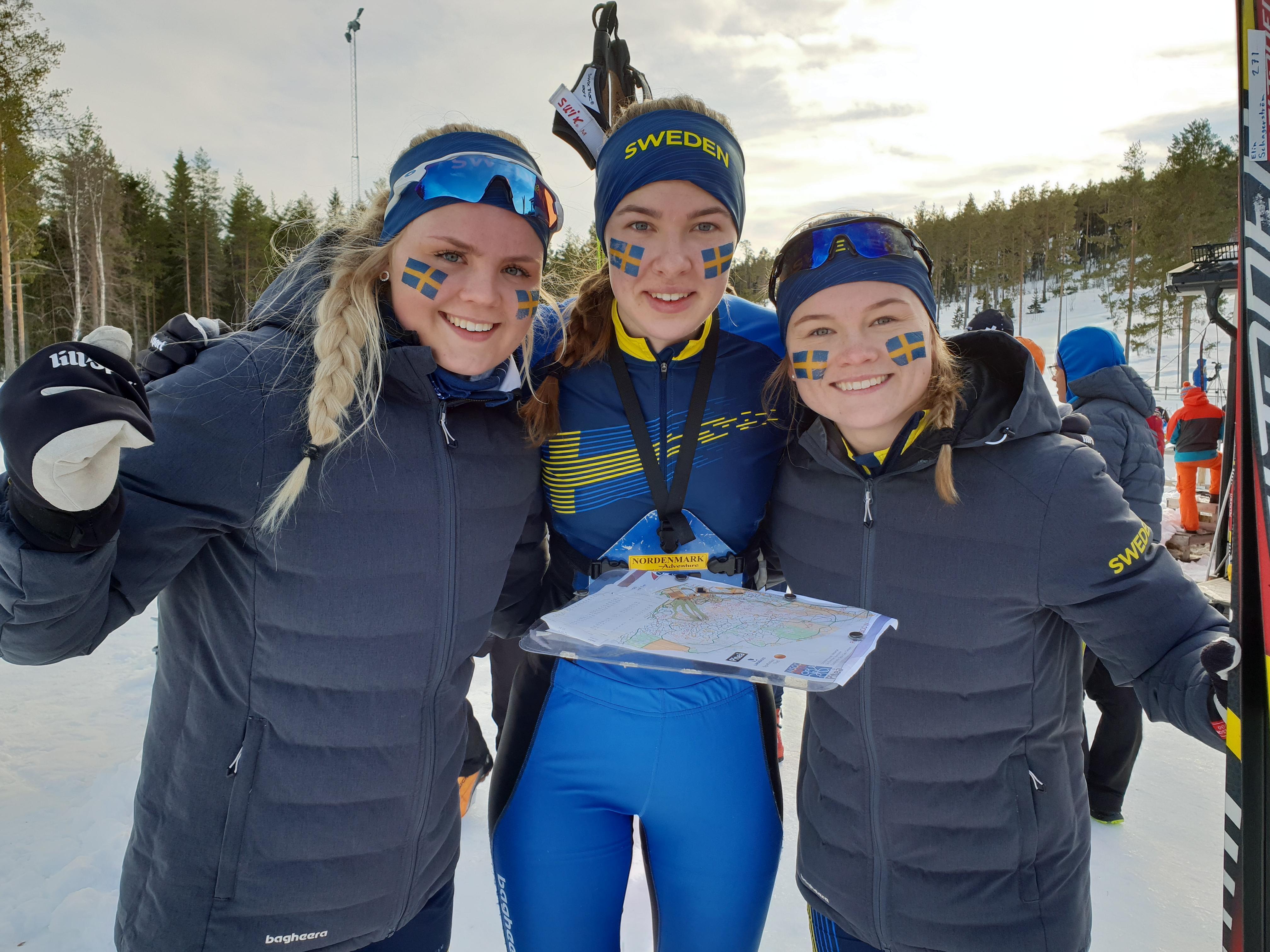 Elin Schagerström, som var ankare i svenska silverlaget i stafetten, flankerad av IFK Moras Sofia Berglund som körde andrasträckan och Sävasts Sofia Westin som startade den första. De båda andra åkarna blir överåriga till nästa säsong, men Schagerström är junior även då och får en tredje chans på junior-VM. Foto: Margaretha Pepa