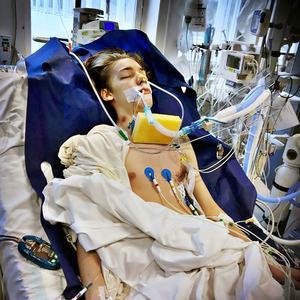 Loke Ramstedt dagen efter knivhuggen som träffade hans hjärta och ena lunga.