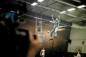 Hasse P (Mikael Persbrandt) tar till ovanliga metoder för att få basketpublikens uppmärksamhet i Karlbergshallen.Foto: SF Studios