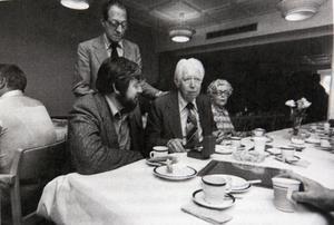 Byte av chefredaktör 1976. Från vänster Börje Alström, Lennart Stenberg, Yngvar Alström och Anna-Greta Wide, representant för den andra ägarfamiljen. Bild: ST arkiv
